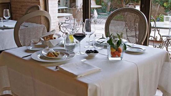 arreglo-de-mesa-en-la-Mozaira-Restaurante-para-comidas-o-cenas-romanticas